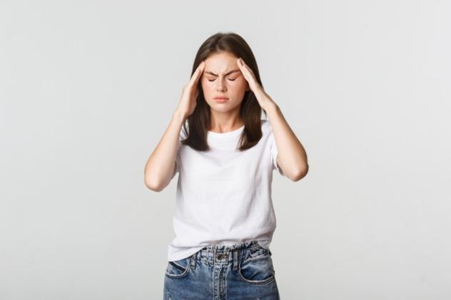 Головная боль может возникнуть из-за напряжения, остеохондроза, гипертонии и ряда других проблем